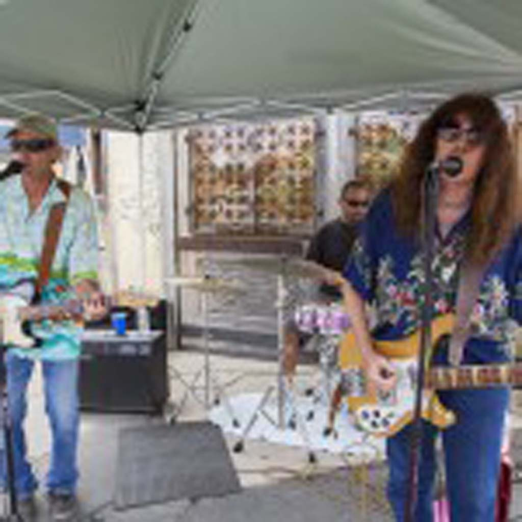 The Wigbillies perform outside Seaweed and Gravel at the Leucadia Art Walk. Photo by Daniel Knighton