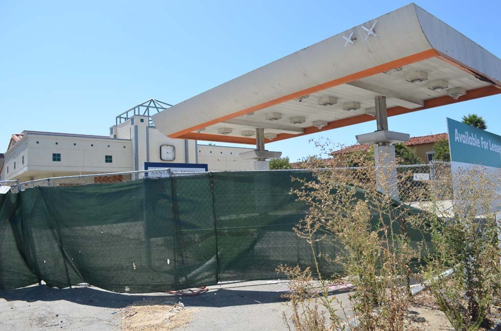 The dilapidated former 76 gas station on Santa Fe Drive in Encinitas remains in limbo after almost 20 years of vacancy. Photo by Tony Cagala