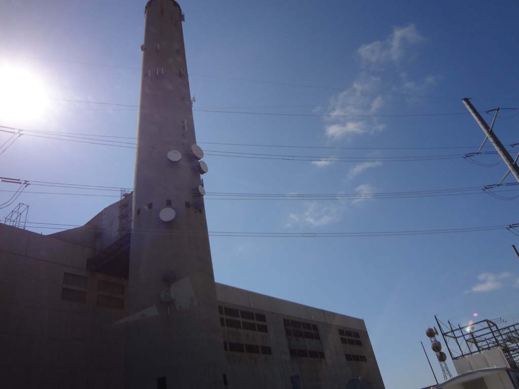 The 400-foot smoke stack at the Encina Power Station will be removed after a new power plant is built. Construction is expected to start in either November or December of this year. Photo by Ellen Wright