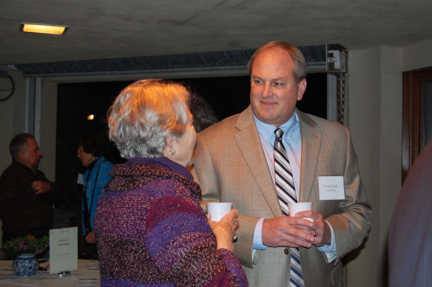 Del Mar city manager Scott Huth talks with a lady in a purple sweater