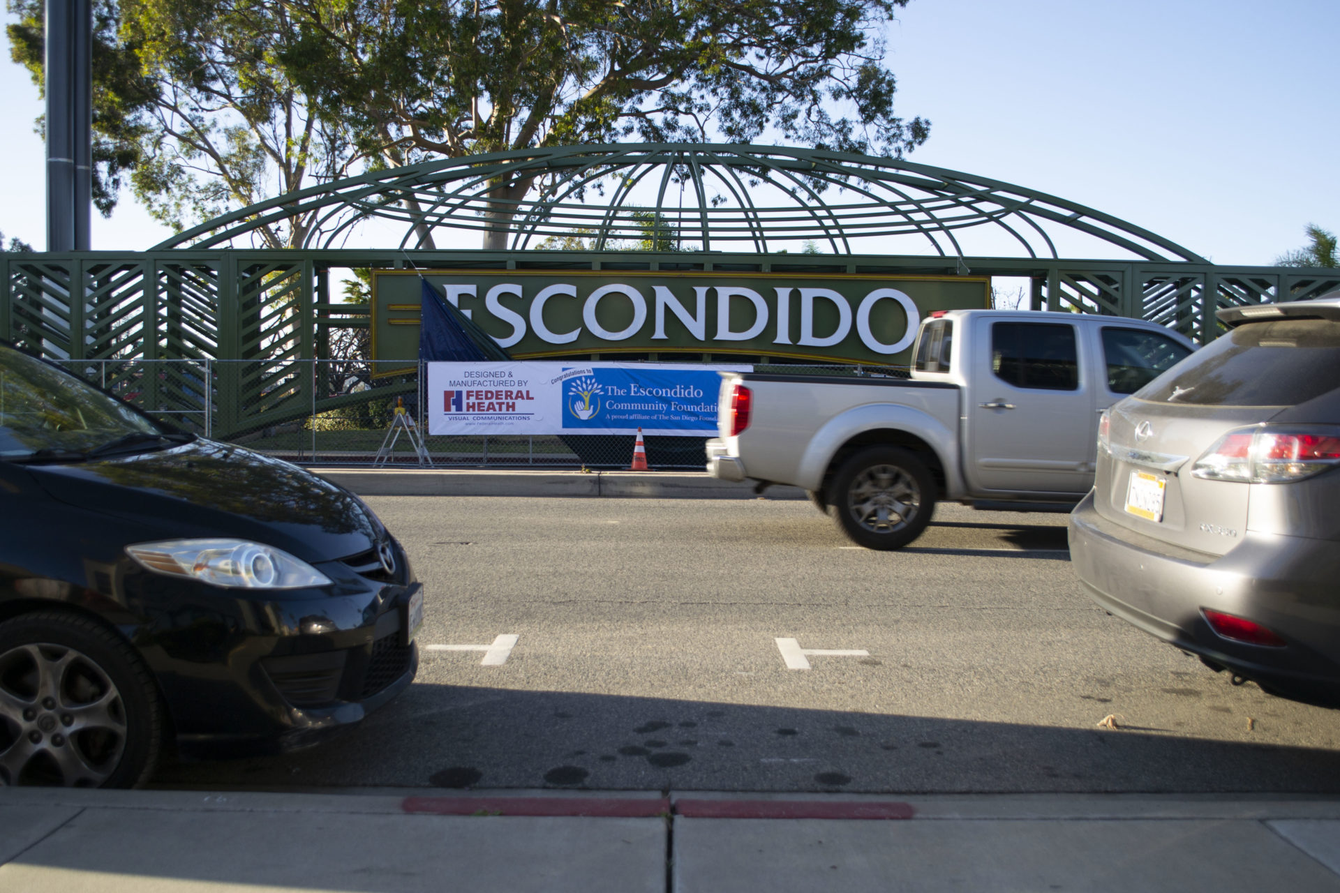 green escondido arch from streetview with cars driving